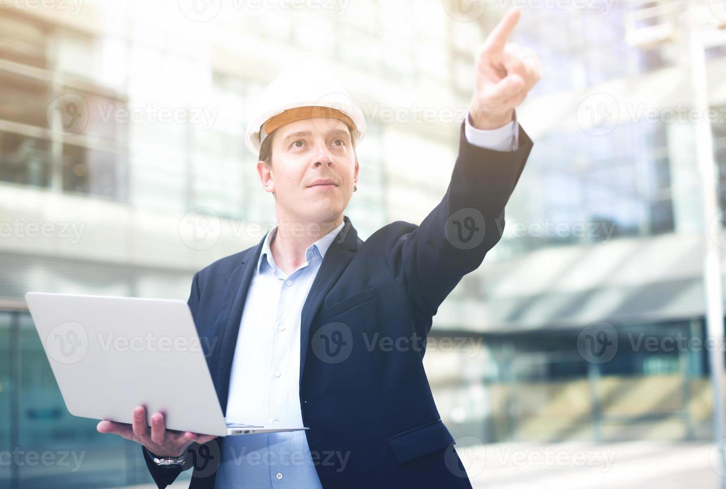 professioneller Arbeiter zeigt mit dem Finger auf das Objekt foto