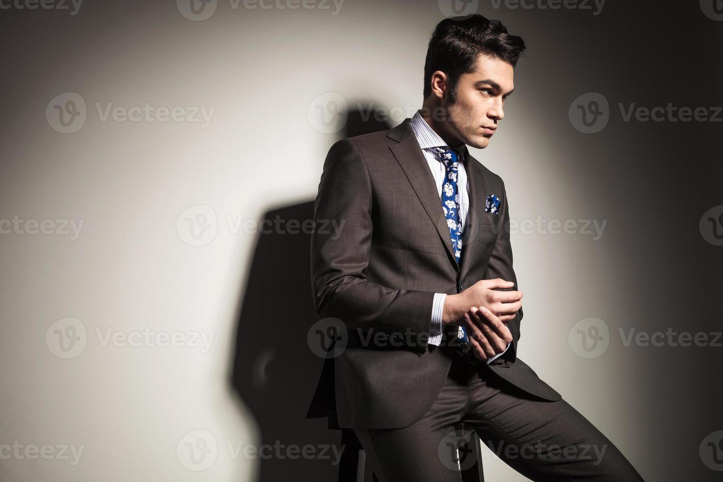 eleganter Geschäftsmann, der von der Kamera weg schaut foto