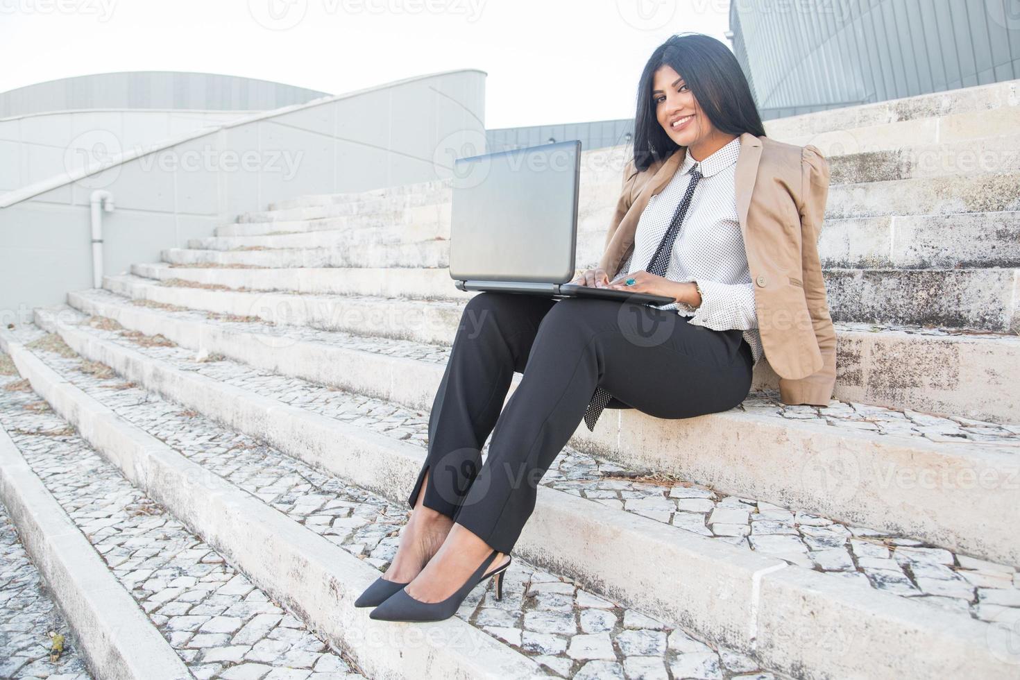 glücklicher hispanischer weiblicher Manager, der freie Arbeit genießt foto