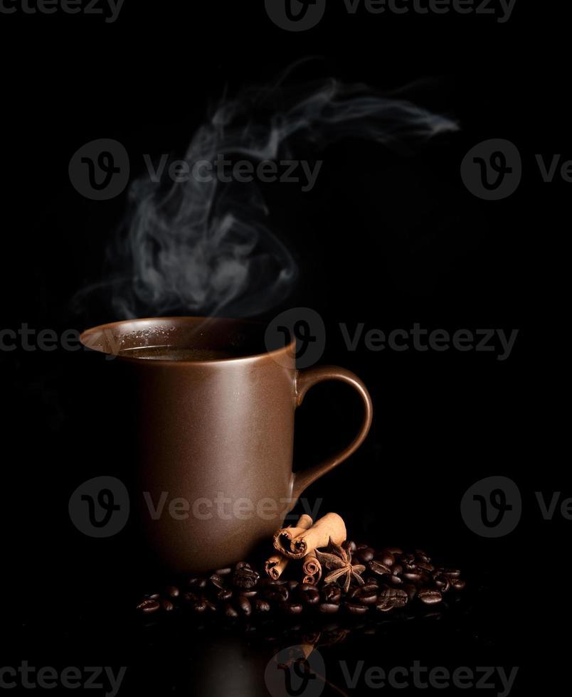 aromatische Tasse Kaffee mit Rauch und Bohnen foto
