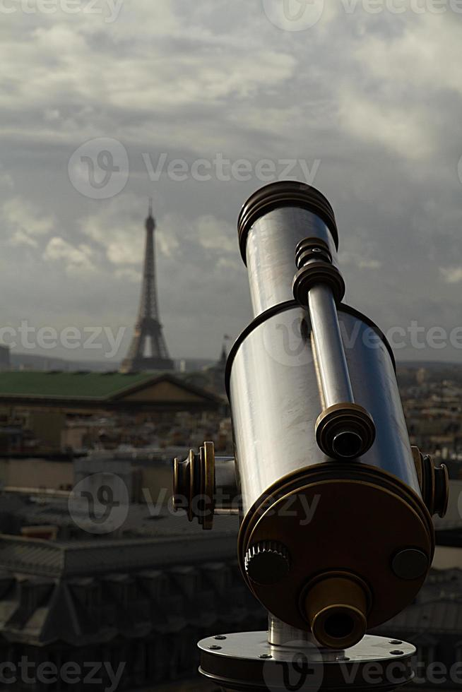 astronomisches Teleskop auf den Eiffelturm gerichtet foto