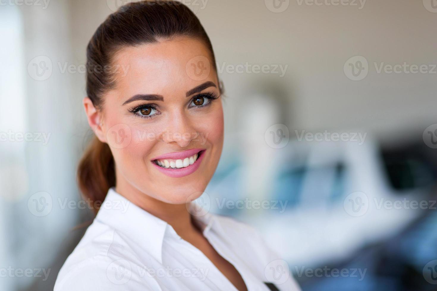 Verkäuferin des Autohauses im Ausstellungsraum foto
