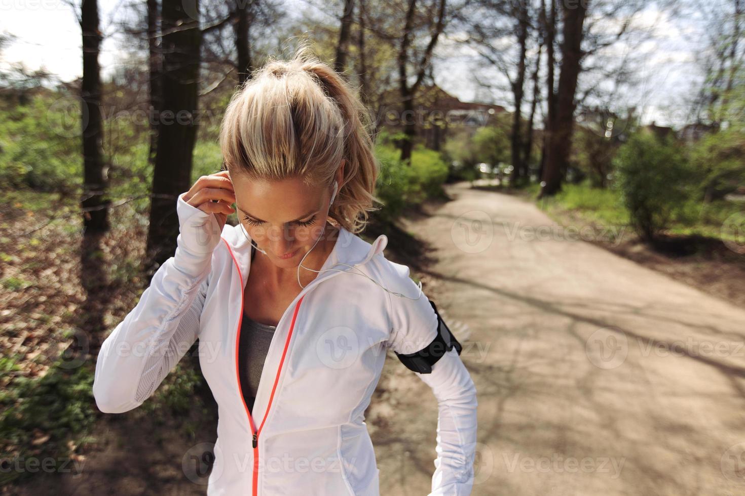 fit Sportlerin vor ihrem Lauf im Wald foto