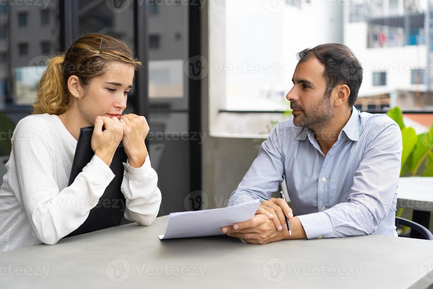 positiver Unternehmensleiter, der dem Assistenten die Aufgabe erklärt foto