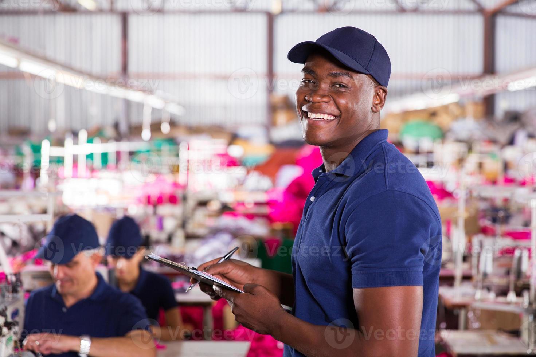 afrikanischer Textilfabrikarbeiter im Produktionsbereich foto