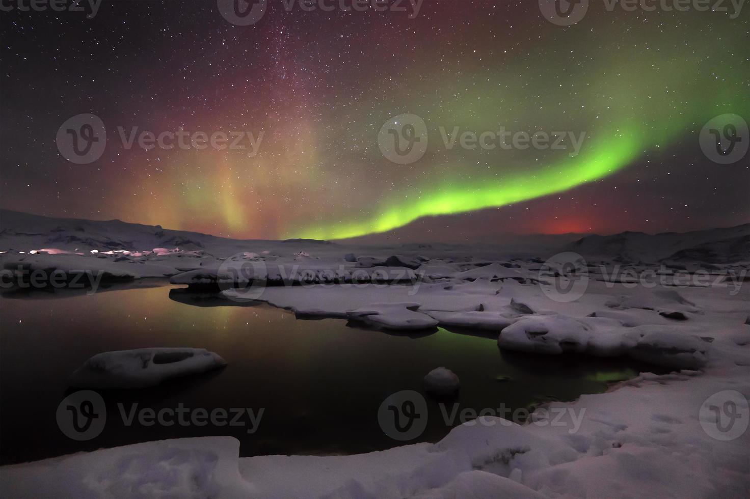 gemischte Aurora, die über der Jokulsarlon-Lagune, Island tanzt foto