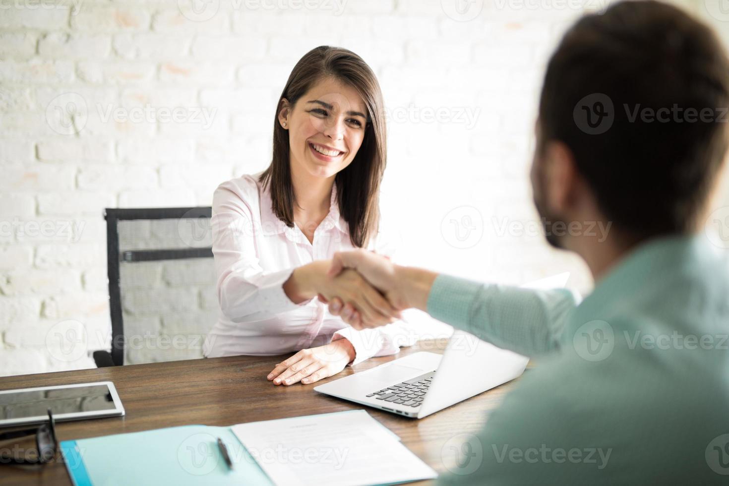 Mann Händeschütteln mit einer Frau foto