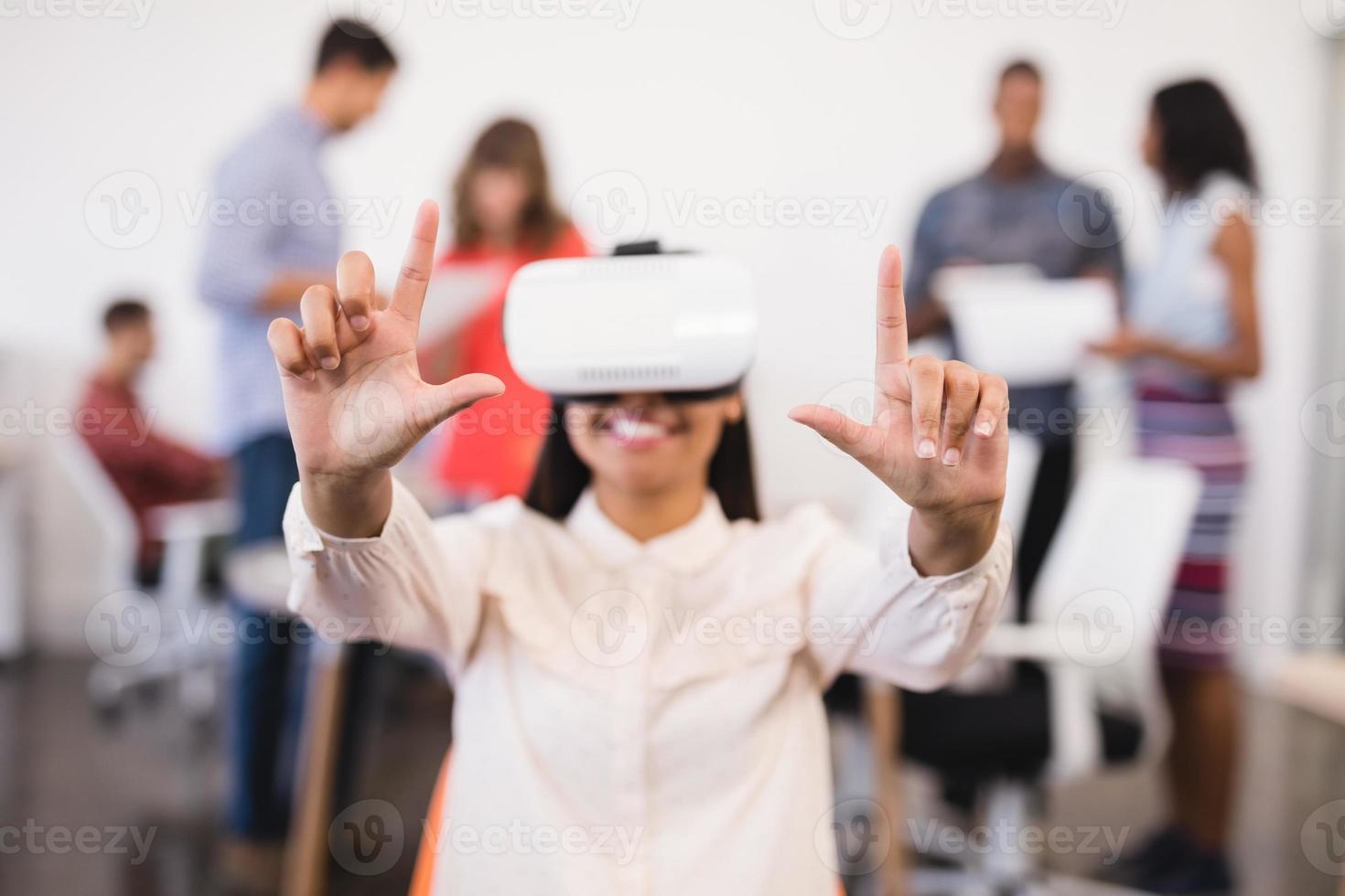 Geschäftsfrau gestikuliert mit vr Brille foto