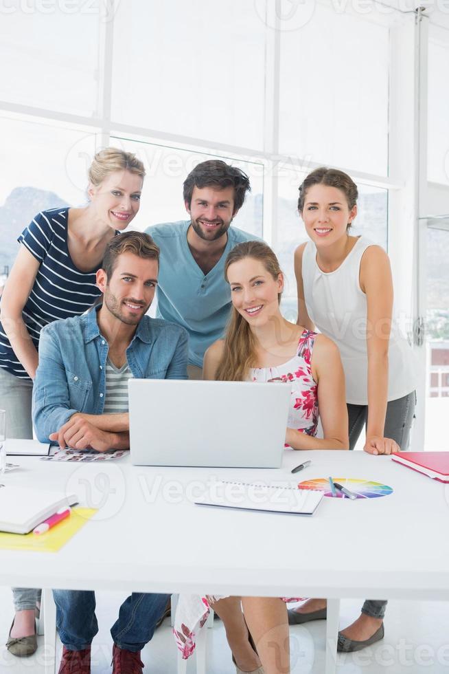 Gelegenheitsgeschäftsleute, die Laptop zusammen benutzen foto
