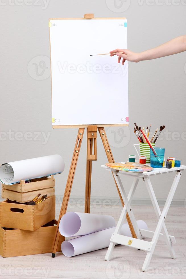 Zeichenfarbe auf magerem weißem Blatt im Raum foto