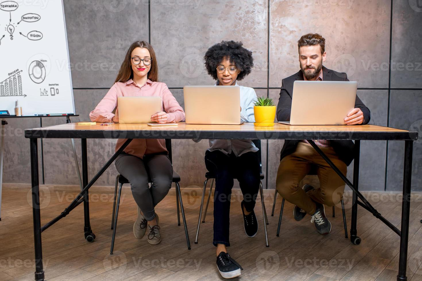 Mitarbeiter im Büro foto