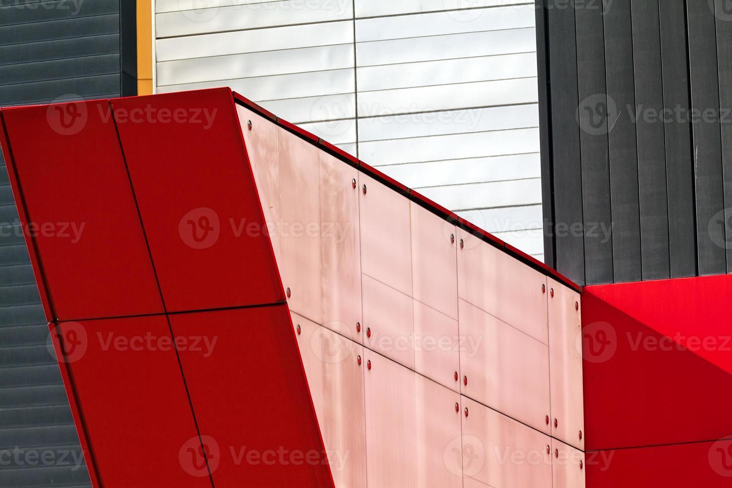 bunte Aluminiumfassade auf großem Einkaufszentrum foto