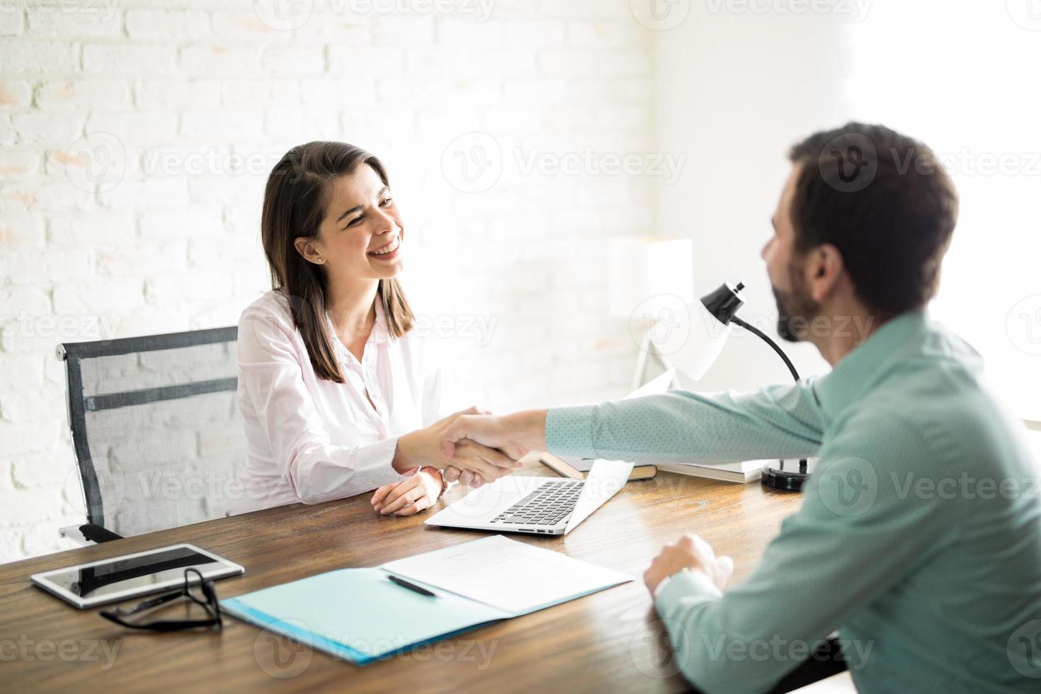 Händeschütteln mit einem Kunden foto