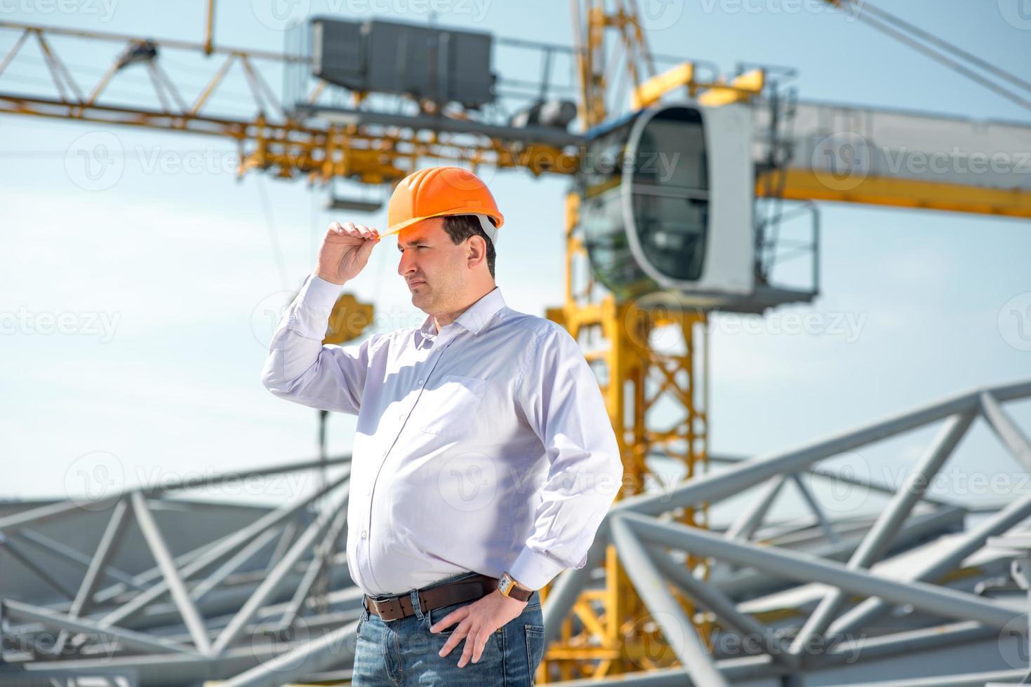 Vorarbeiter, der das Projekt beim Bau überwacht. foto