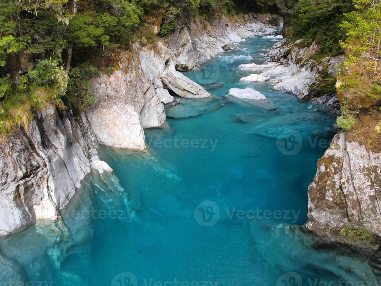 schönes klares blaues Wasser am Haast Pass, Neuseeland foto