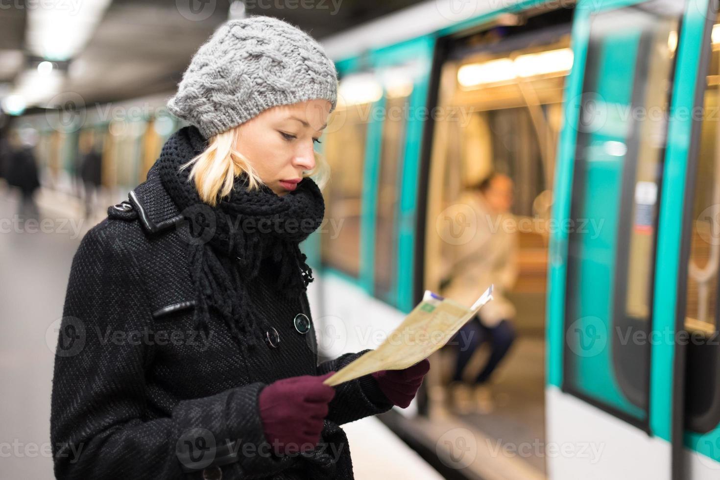 Dame wartet auf U-Bahnstation Bahnsteig. foto