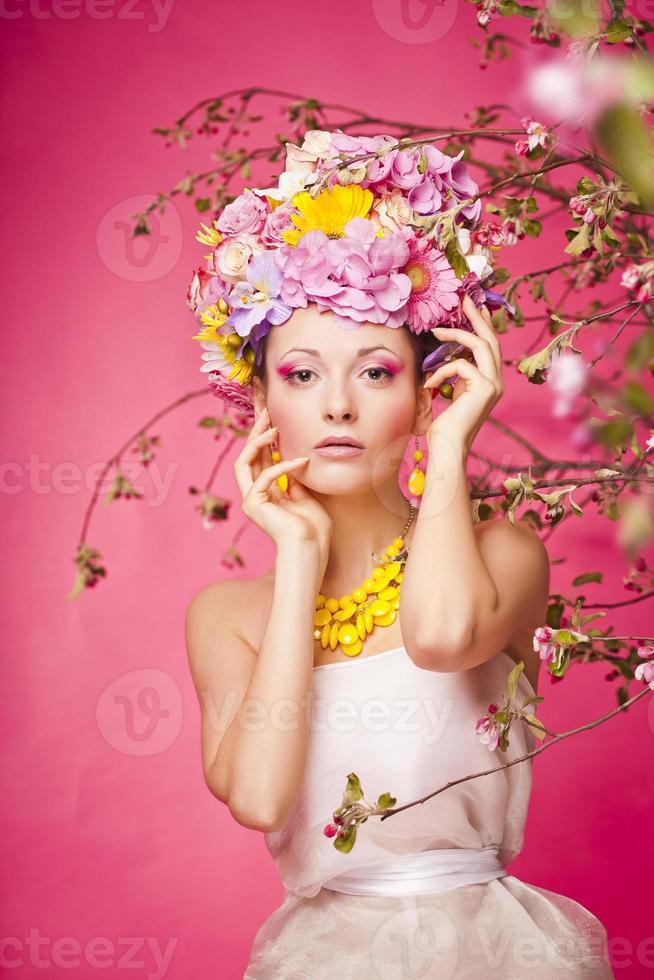 frisches Hautmädchen mit Frühlingsblumen auf ihrem Kopf foto
