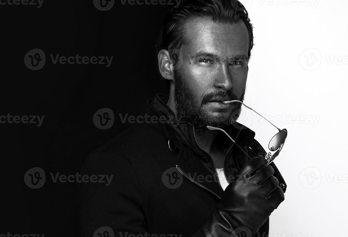 Schwarzweiss-Foto des jungen gutaussehenden Mannes foto