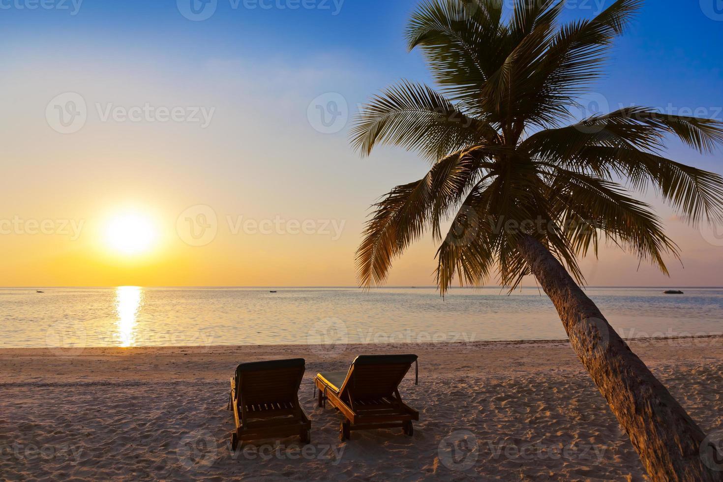 Stühle am Strand der Malediven foto