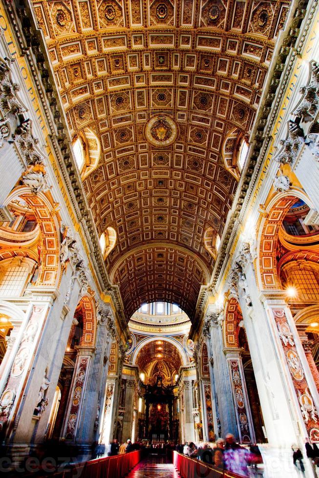 eine Innenansicht des Vatikans beleuchtet foto