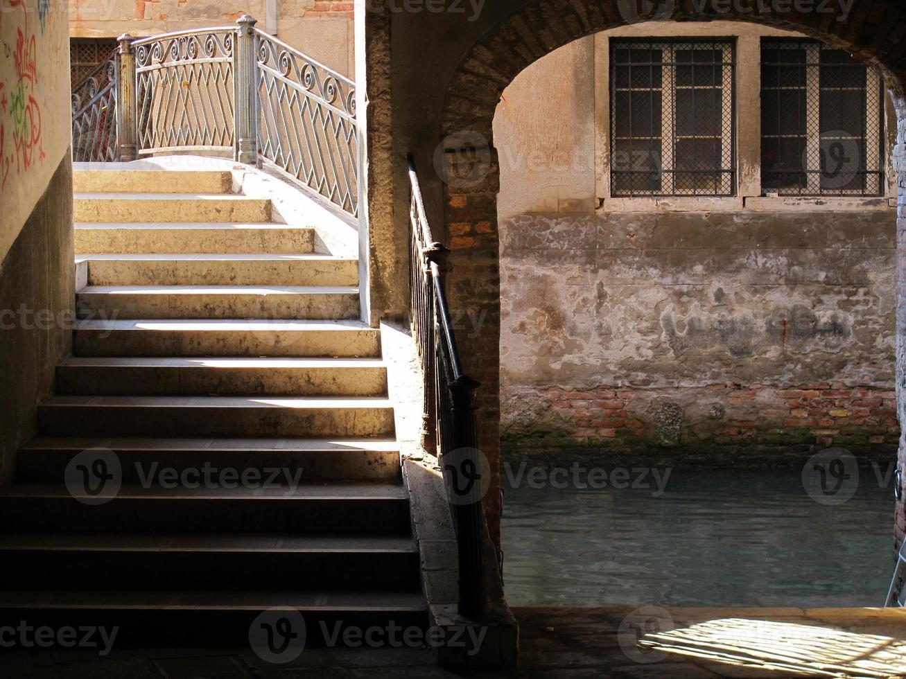 Schritte über eine venezianische Brücke foto