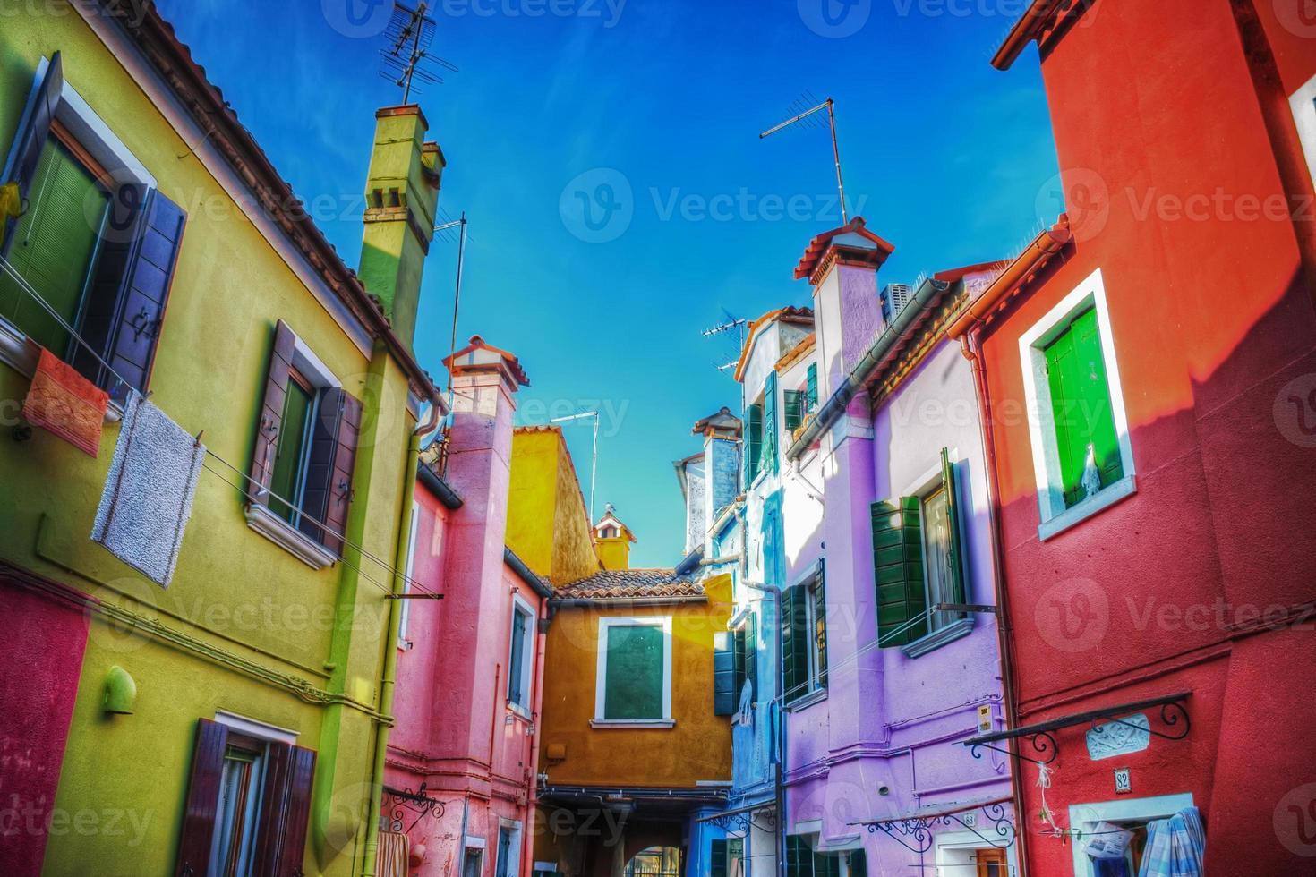 bunte Seitenstraße in Burano foto