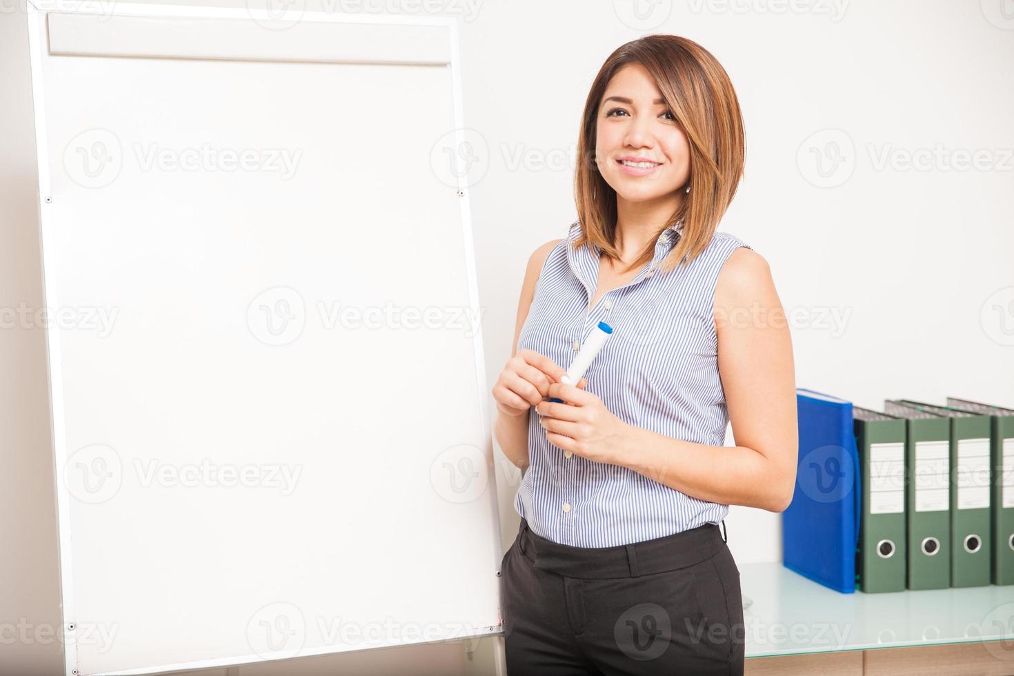 junge Tutorin kurz vor einer Präsentation foto
