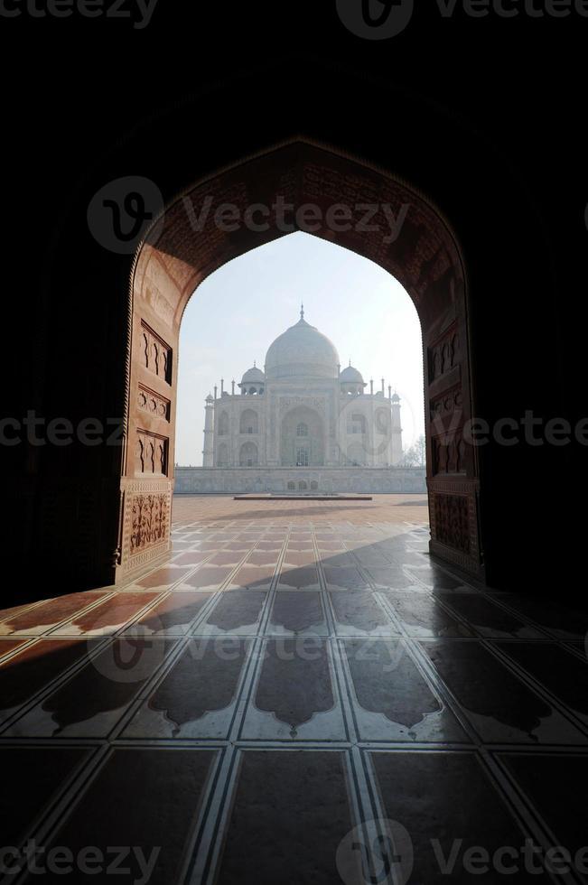 Taj Mahal von der anderen Seite der Moschee am frühen Morgen foto