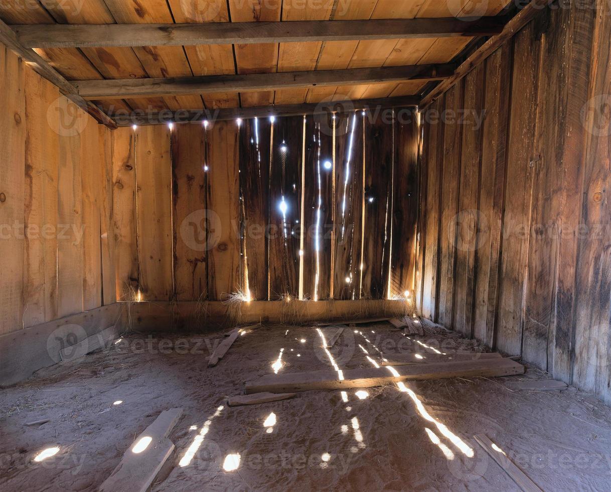 Innenraum einer rustikalen alten Holzscheune foto