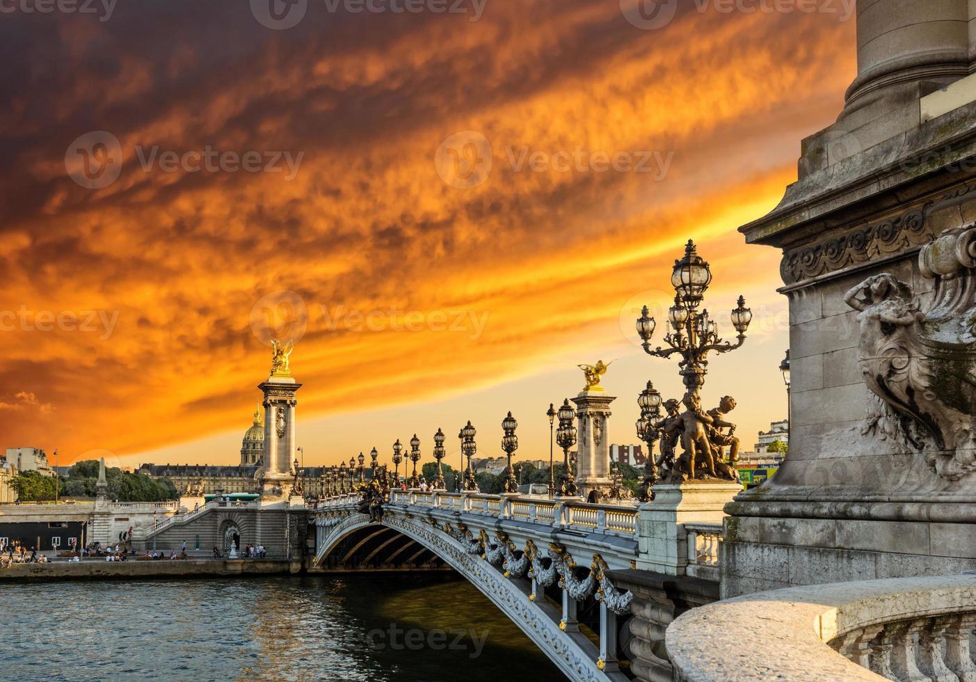 fantastischer Sonnenuntergang über der Alexandre III Brücke (Pont Alexandre III) foto