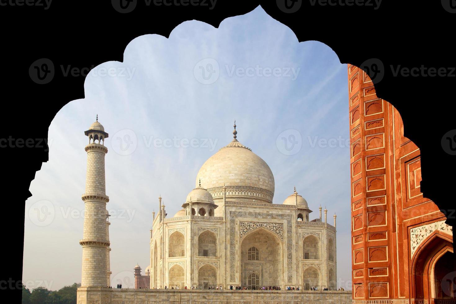 das Taj Mahal Mausoleum aus weißem Marmor. foto