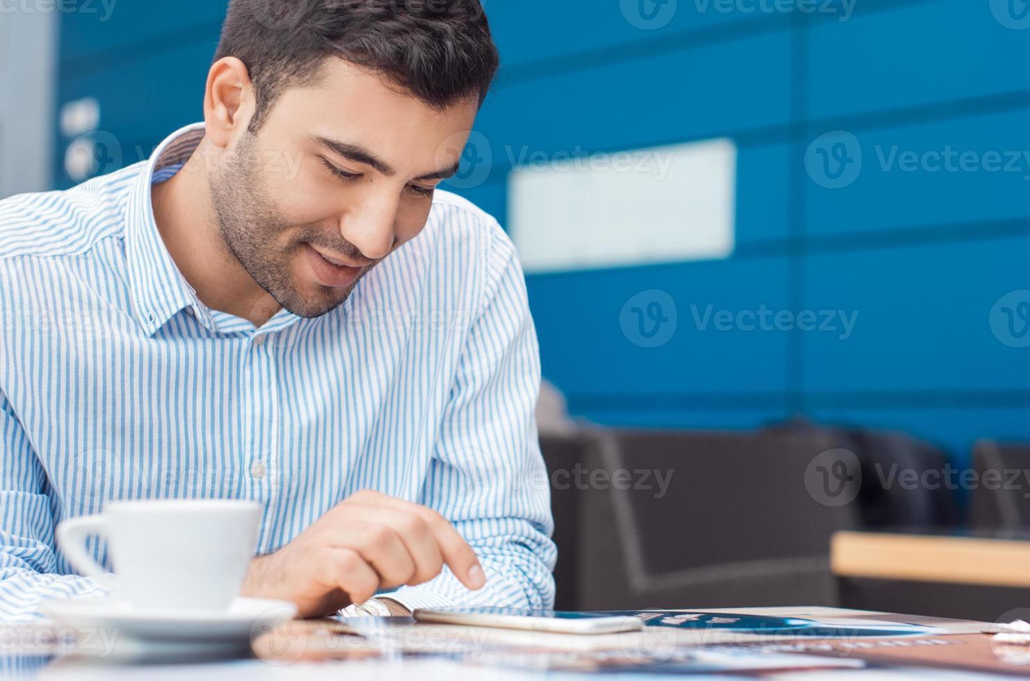 positiver Mann mit Tablette foto