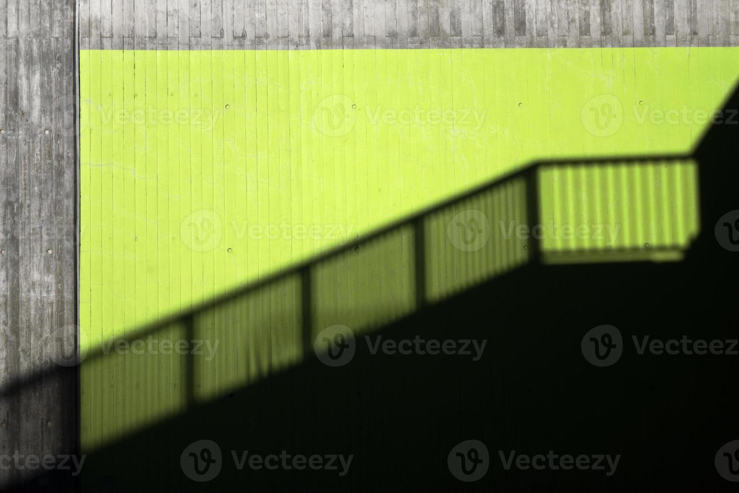Schatten eines Geländers in einer Stadt foto