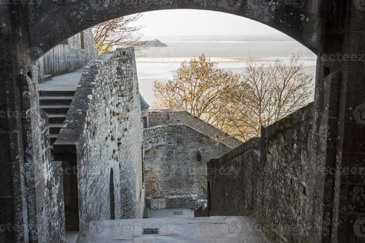 Fragment eines Dorfes unter dem Kloster auf dem Berg Saint Michel. foto