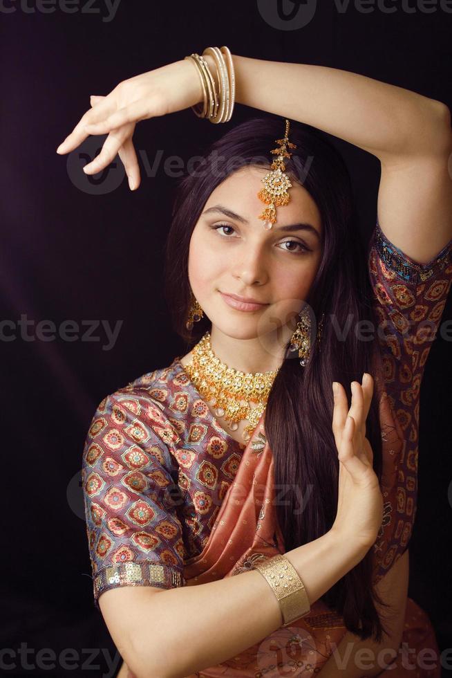 Schönheit süßes indisches Mädchen im Sari lächelnd foto