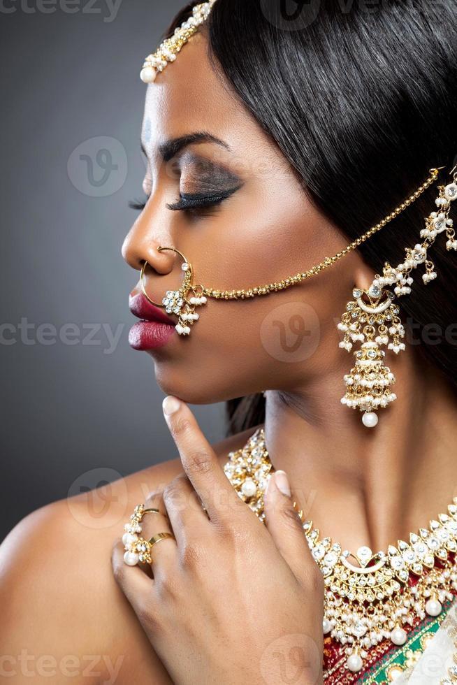 exotische indische Braut für die Hochzeit verkleidet foto