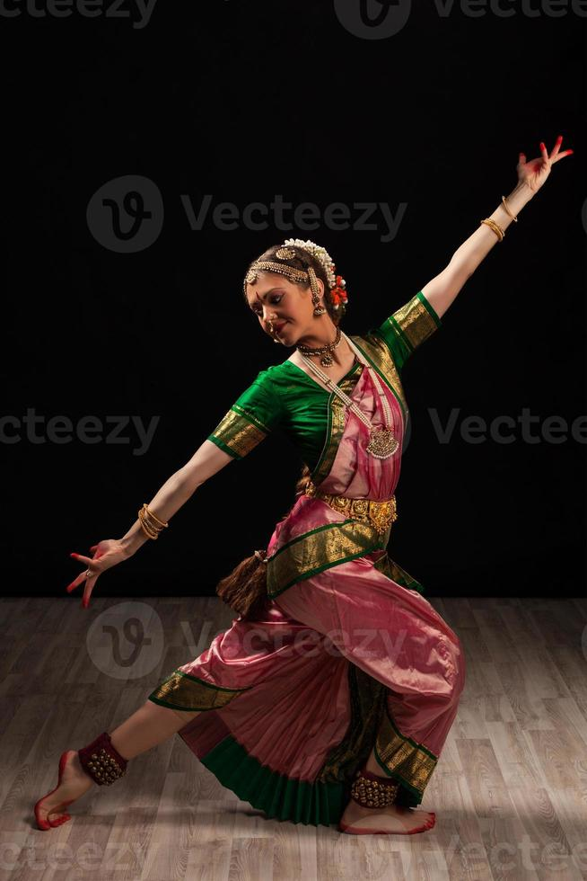 schöne Tänzerin des indischen klassischen Tanzes Bharatanatyam foto