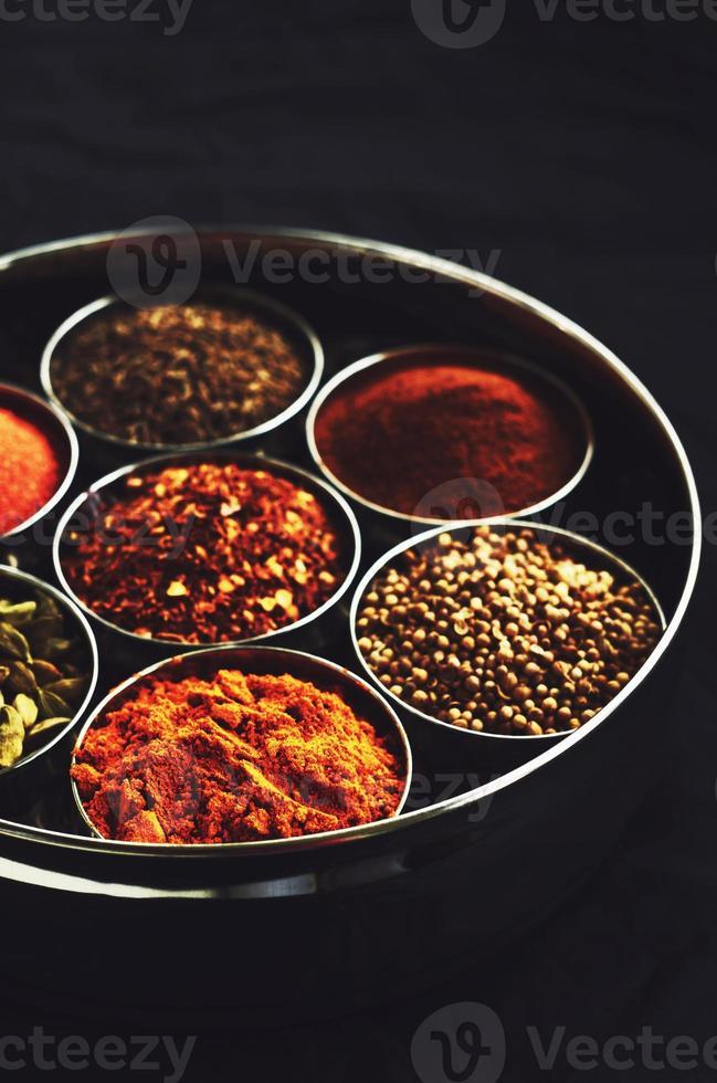 Satz traditioneller indischer Gewürze in Metallschalen foto