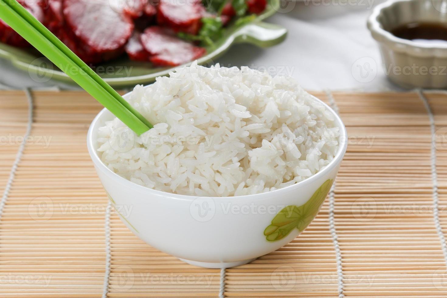 weißer gedämpfter Reis in weißer runder Schüssel foto