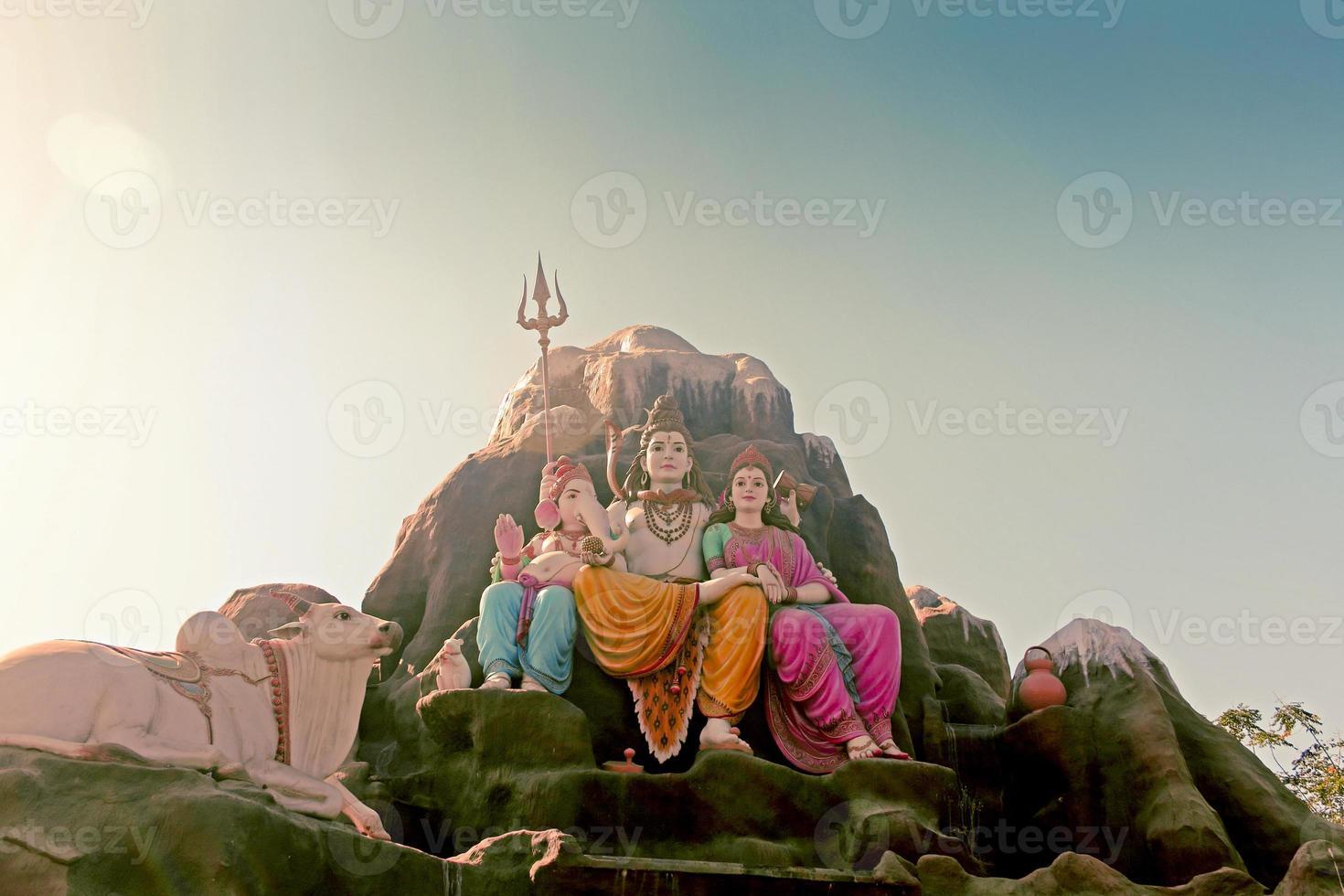 Statue von Lord Shiva-Parvati mit Ganesha foto