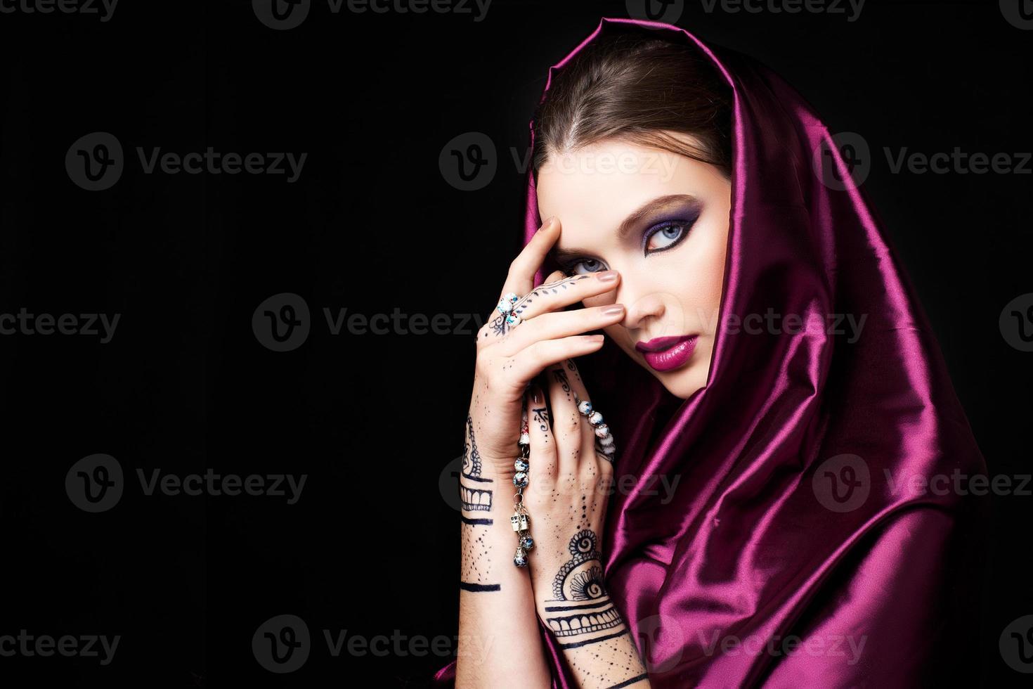 schöne Frau im orientalischen Stil mit Mehendi beten foto