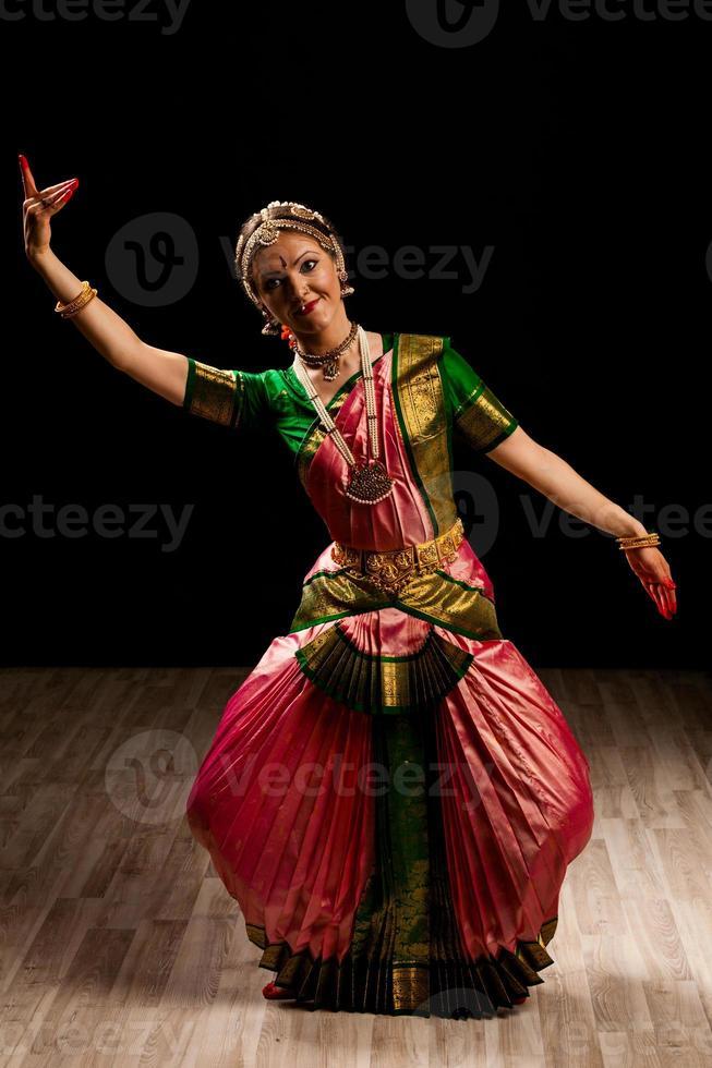 schöne Tänzerin des indischen Tanzes Bharatanatyam foto