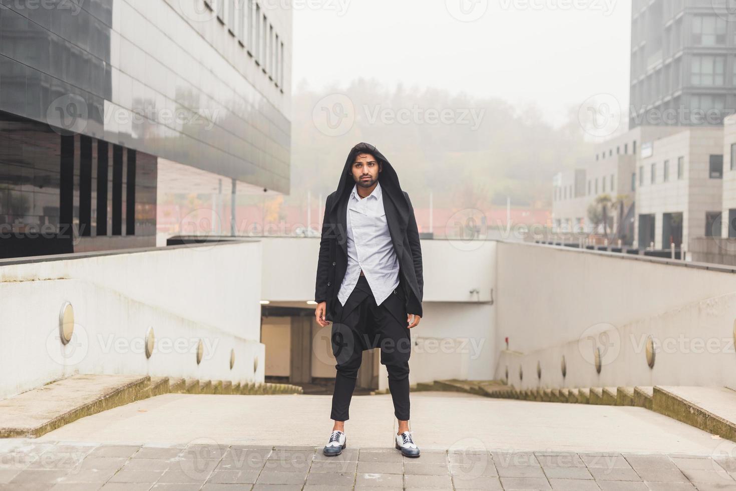 schöner indischer Mann, der in einem städtischen Kontext aufwirft foto