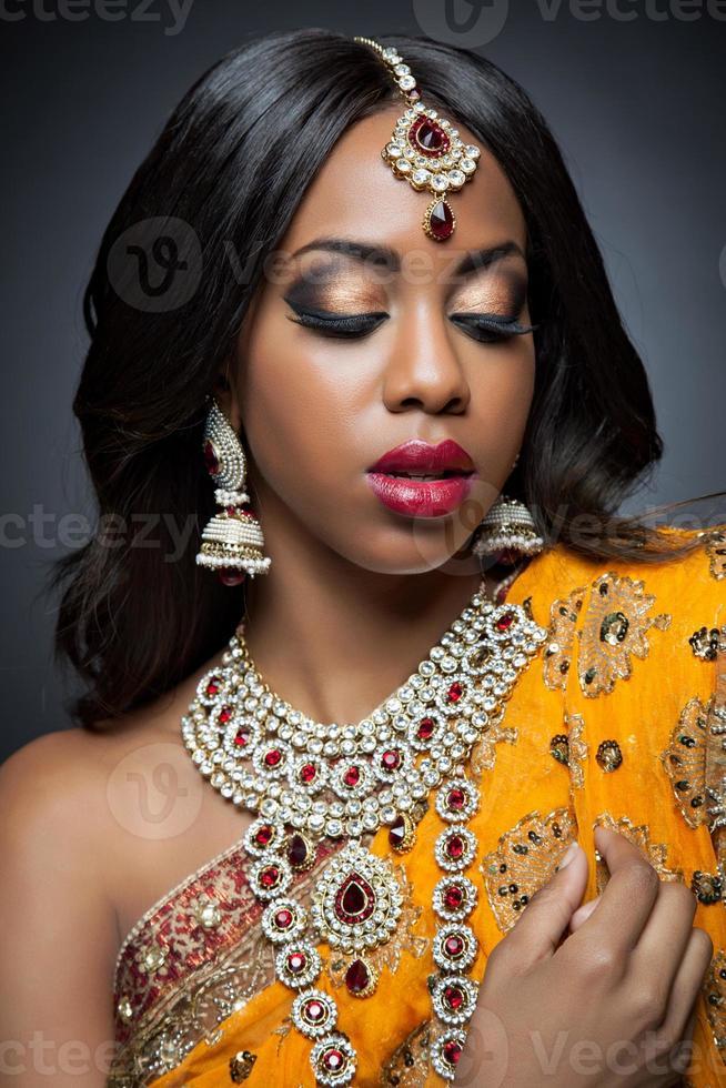 indische Frau in traditioneller Kleidung mit Braut Make-up und Schmuck foto