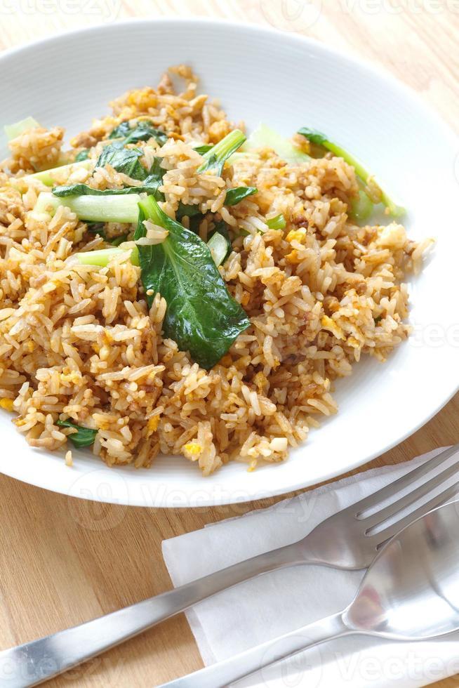 Gebratener Reis mit Schweinefleisch und Chinakohl foto