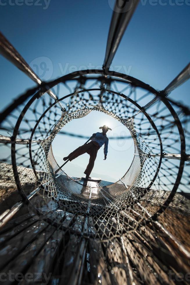 traditioneller birmanischer Fischer am See, Myanmar foto