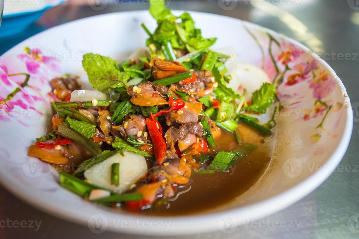 würziger Herzmuschelsalat mit frischem Gemüse auf Teller foto