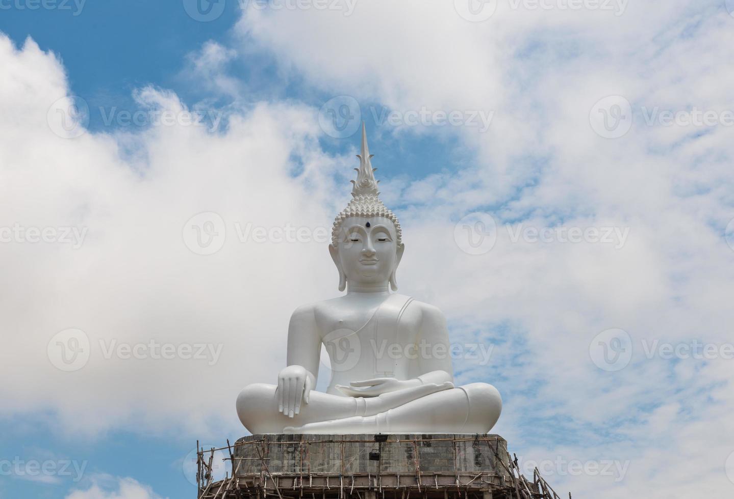 der weiße buddha aus zement in thailand foto