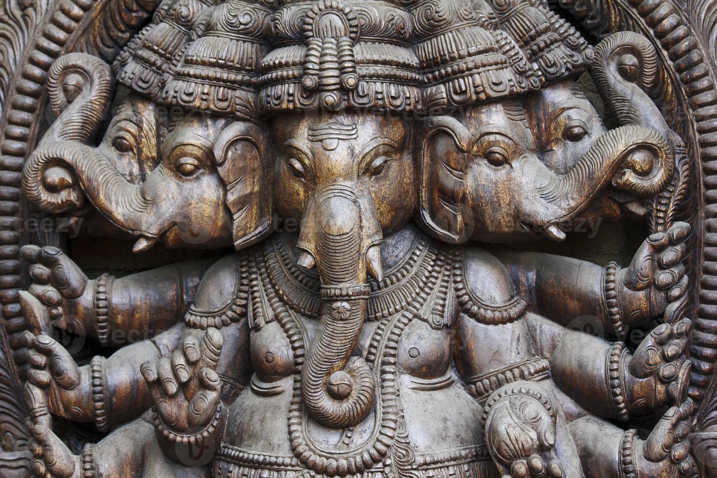 Nahaufnahme einer geschnitzten Wodden Ganesha mit vielen Details foto