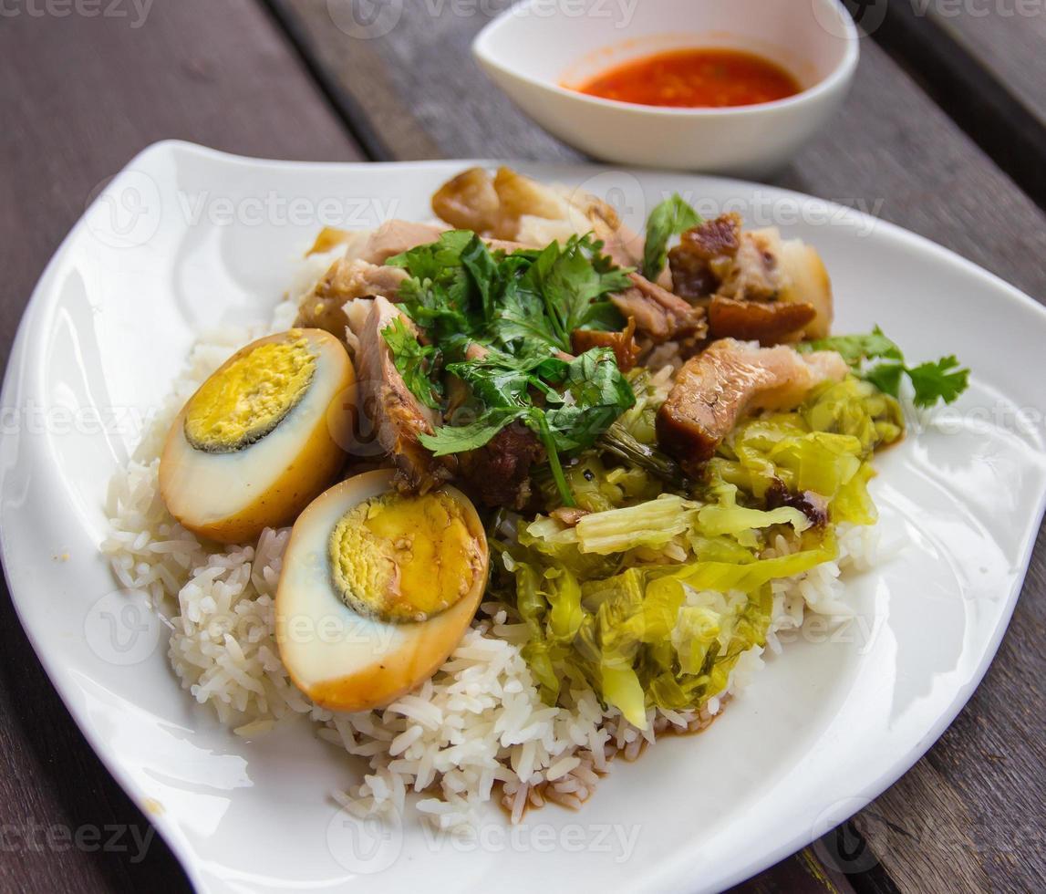 gedünstete Schweinekeule auf Reis foto